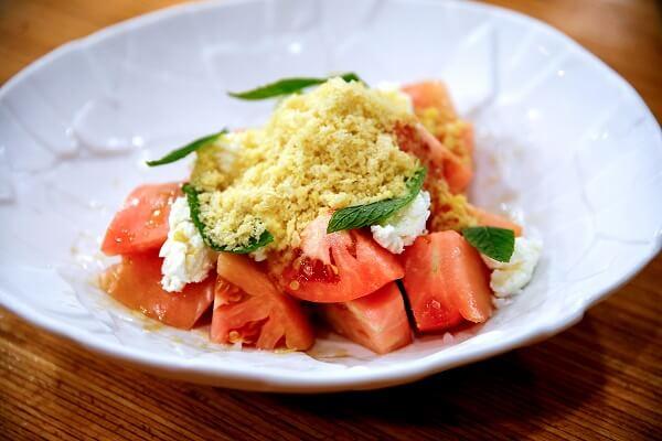 Ensalada de tomates con queso fresco y granizado de vinagreta de AOVE