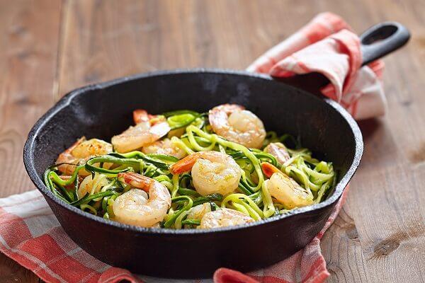 Espaguetis de calabacín con gambas listos para disfrutar.