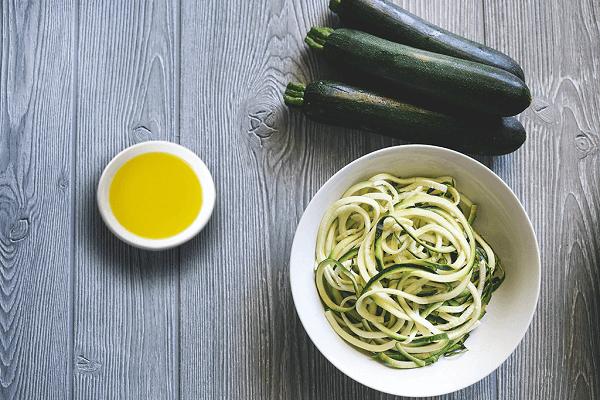 Espaguetis de calabacín recién cortados y listos para preparar