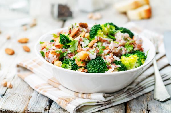La ensalada de arroz es un plato sanísimo y muy versátil