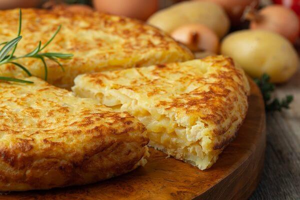 La tortilla de patatas con cebolla es una de las más clásicas