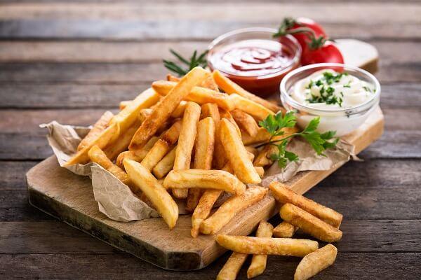 Patatas fritas al horno con salsa